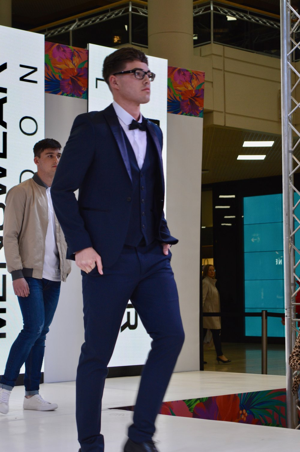 chuck_bass_burton_menswear_intu_metrocenter_fashion_show_summer_event_flamingo_theme_elle_blonde_luxury_lifestyle_blog