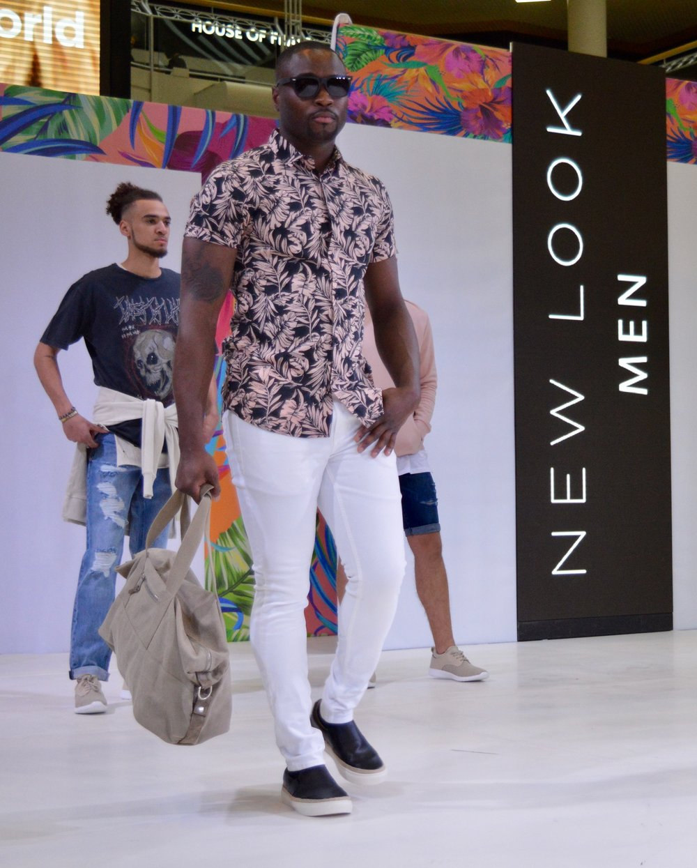 new_look_men_white_chinos_patterned_mens_holiday_shirt_intu_metrocenter_fashion_show_summer_event_flamingo_theme_elle_blonde_luxury_lifestyle_blog